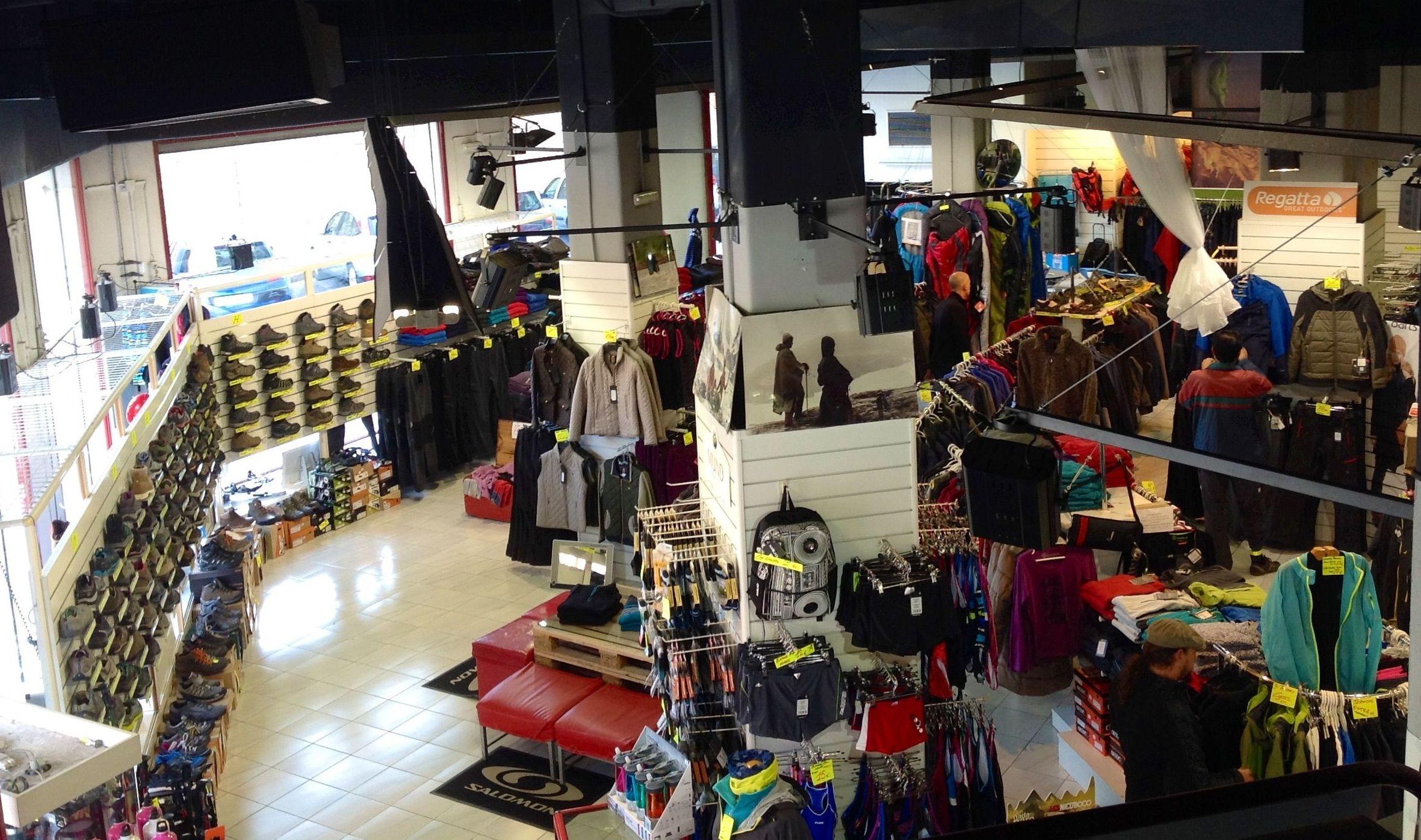 Amplia exposición de tiendas y productos de montaña