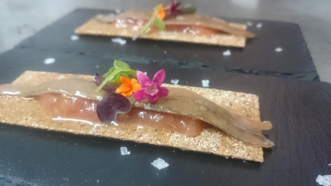 Anchoa del cantábrico sobre tosta con tomate