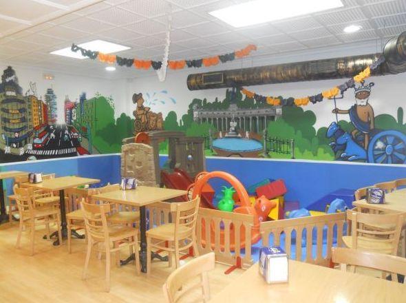 Parque infantil con cafetería