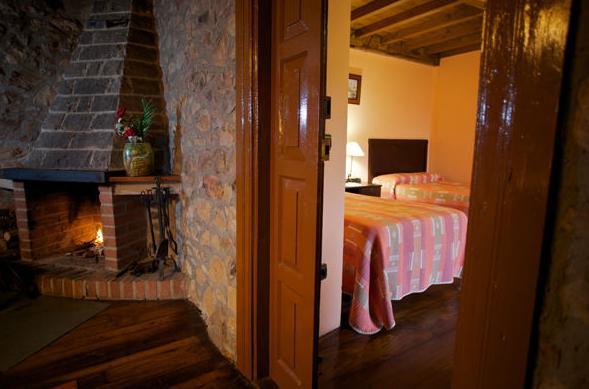 Salón y habitación de La Casona I en Corias (Pravia)