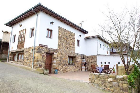 Vista exterior de La Casona II en Corias (Pravia)