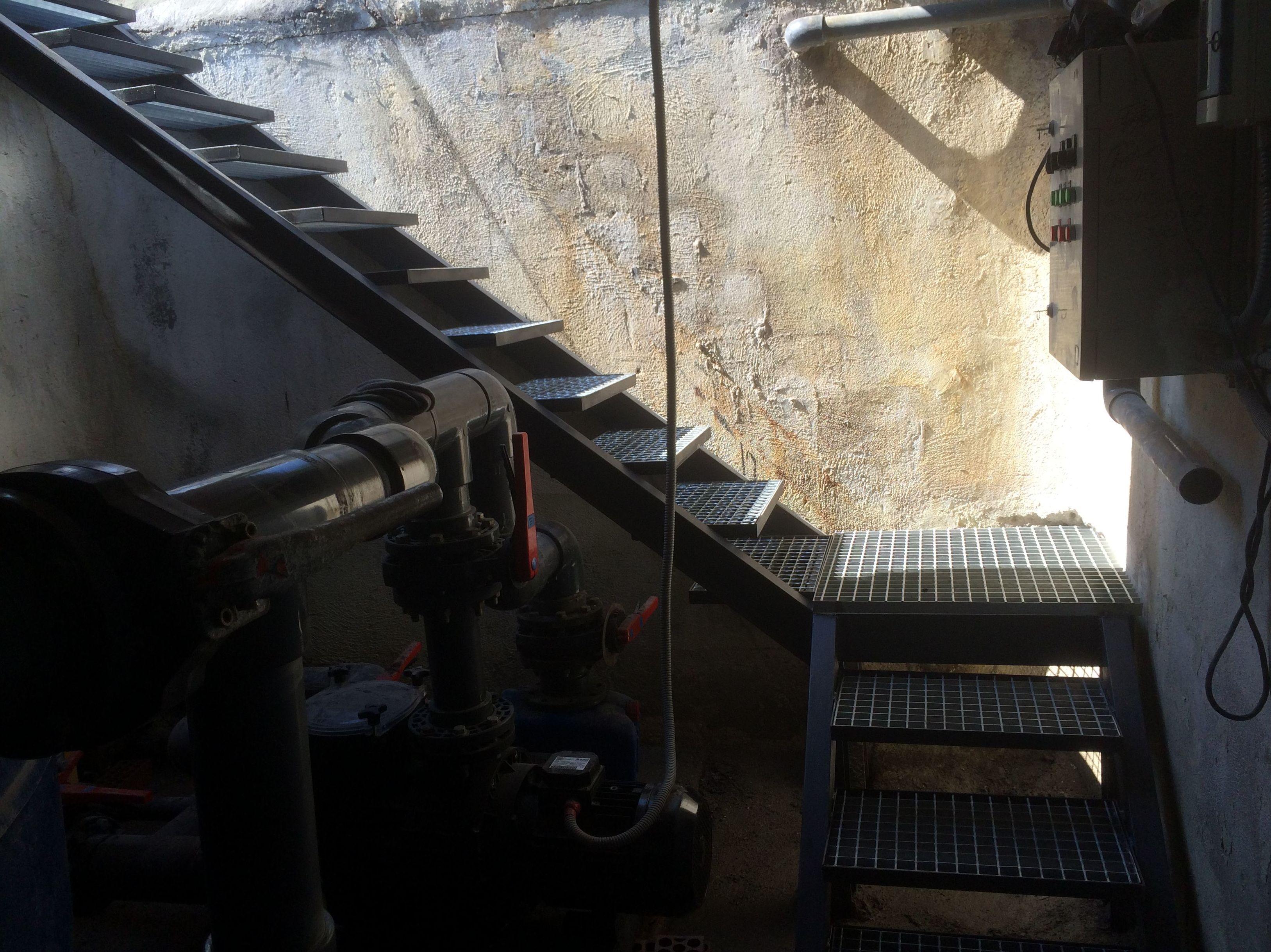 Escalera de acceso a depuradora de piscina comunitaria