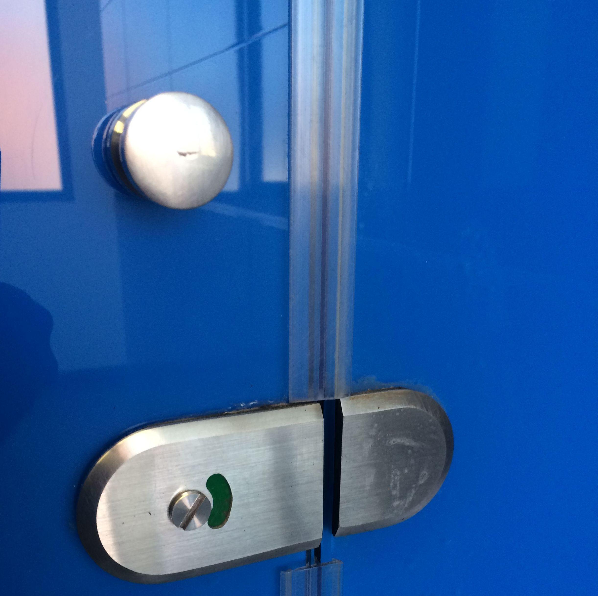 Accesorios de acero inox para divisorias de baños