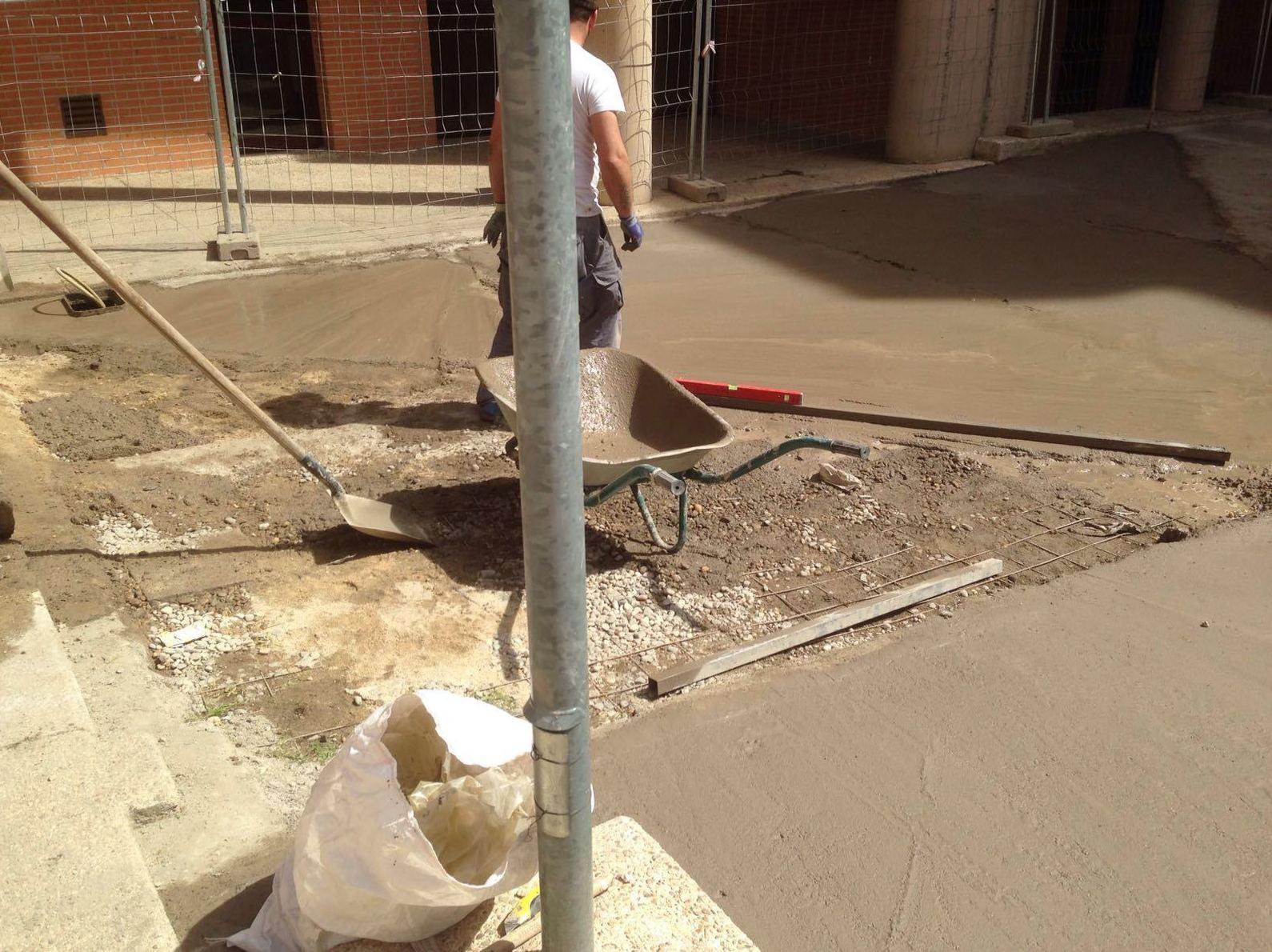 Trabajos de solado para la impermeabilización de la zona de la piscina