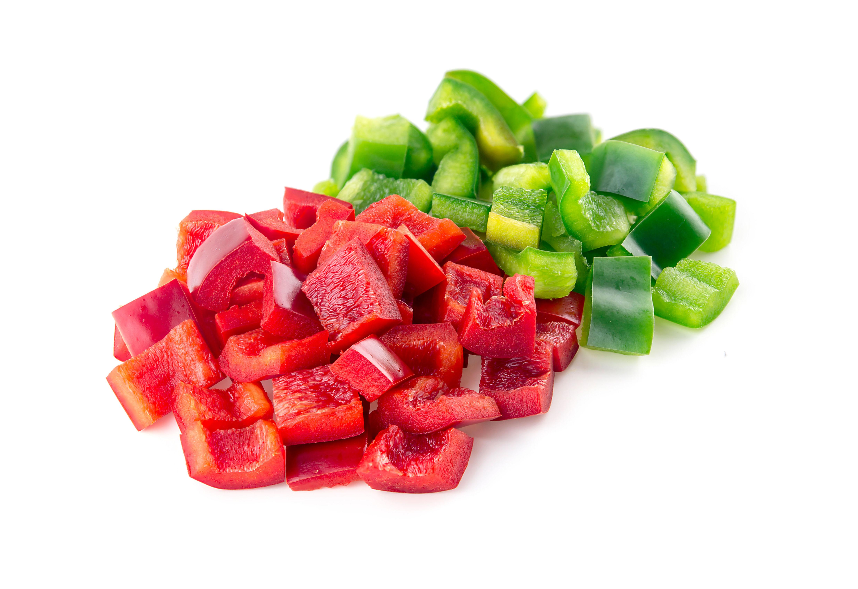 Pimientos rojos y verdes en dados