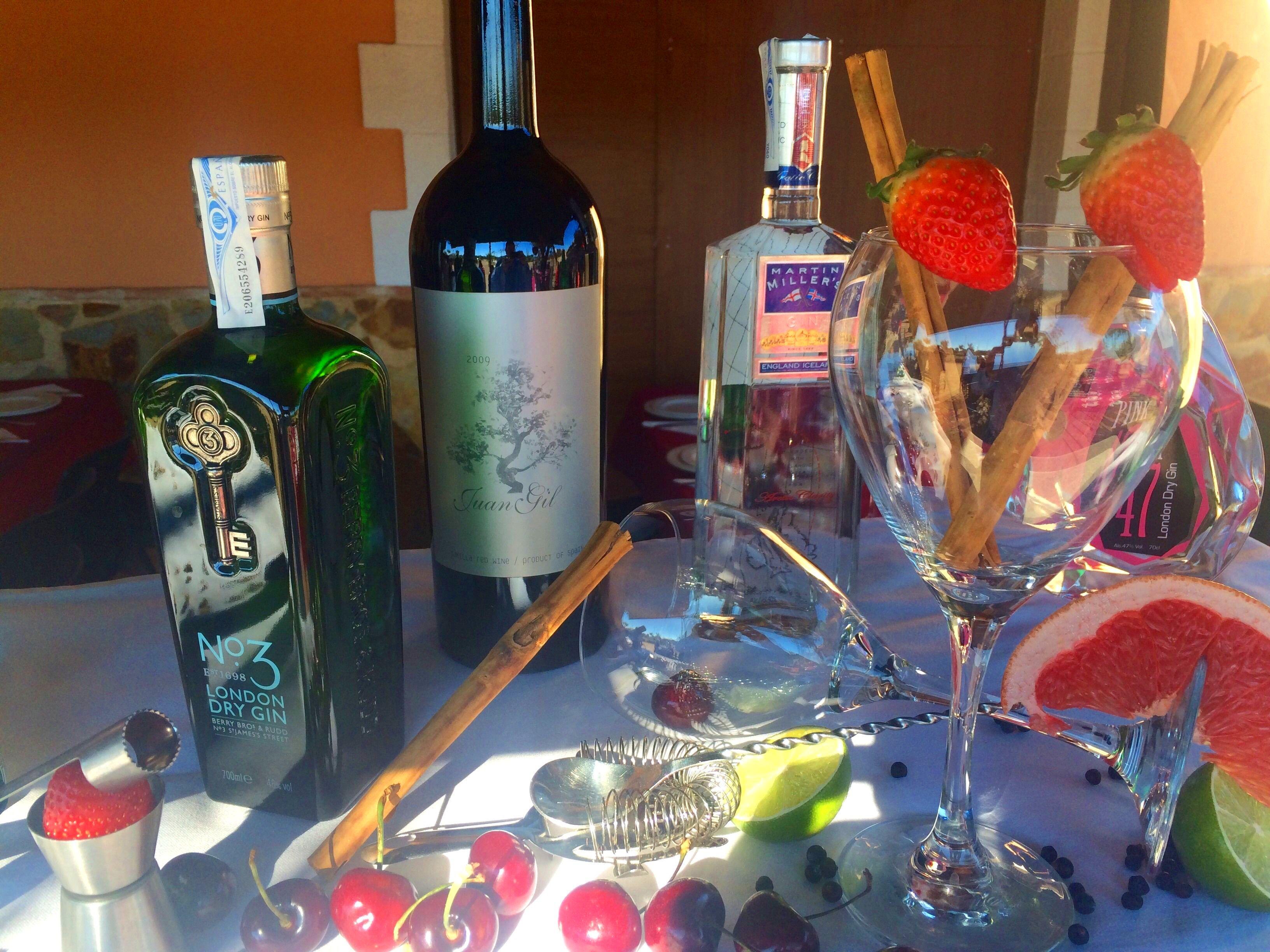 Gran variedad en ginebras premium y una extensa y cuidada selección en nuestros vinos