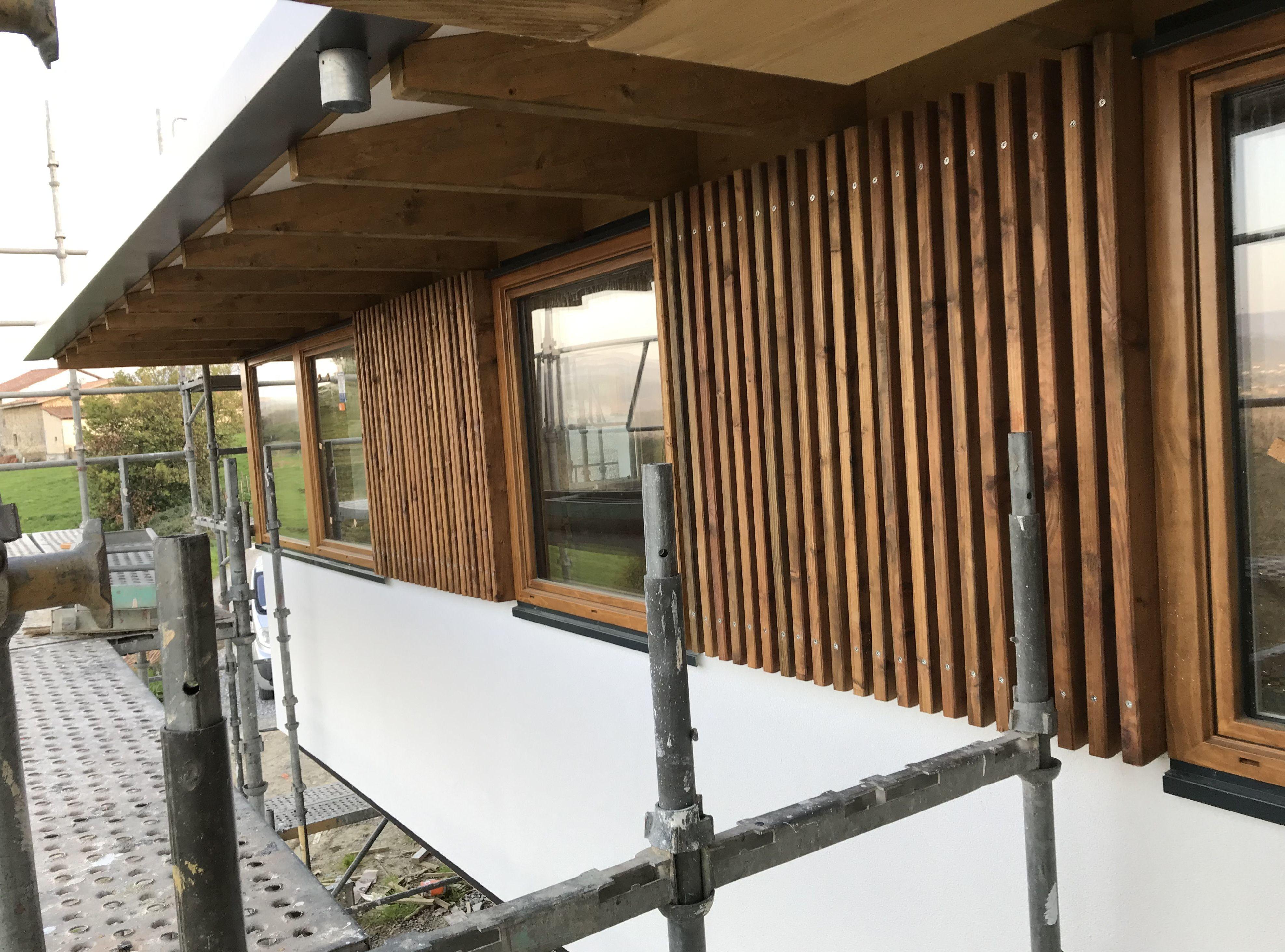 Combinación de sistema SATE con celosía de madera