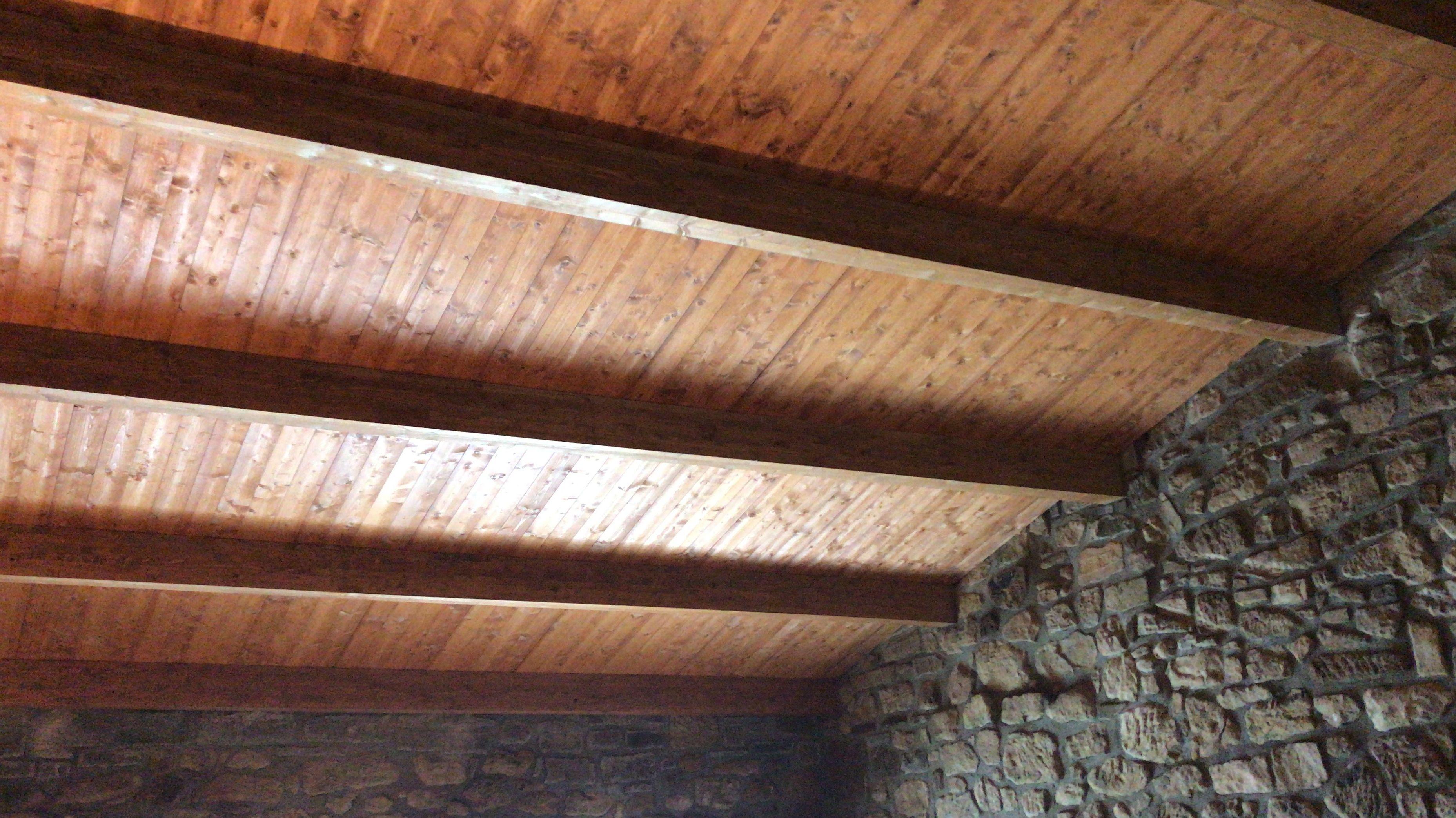 Aislamiento con panel sándwich y Decoracion con madera en bodegas