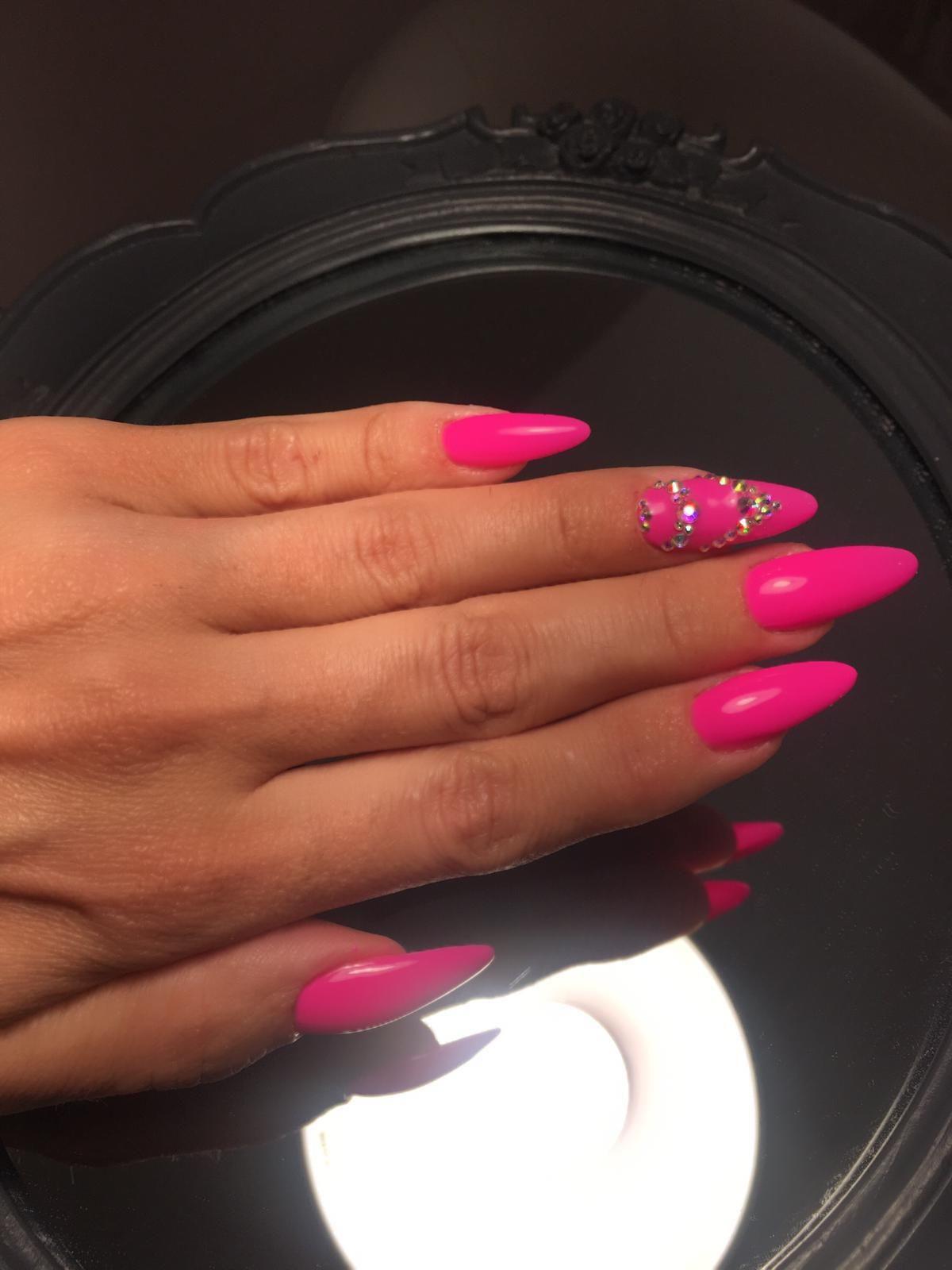La última tendencia en uñas de gel: en punta y decoradas con pedrería.