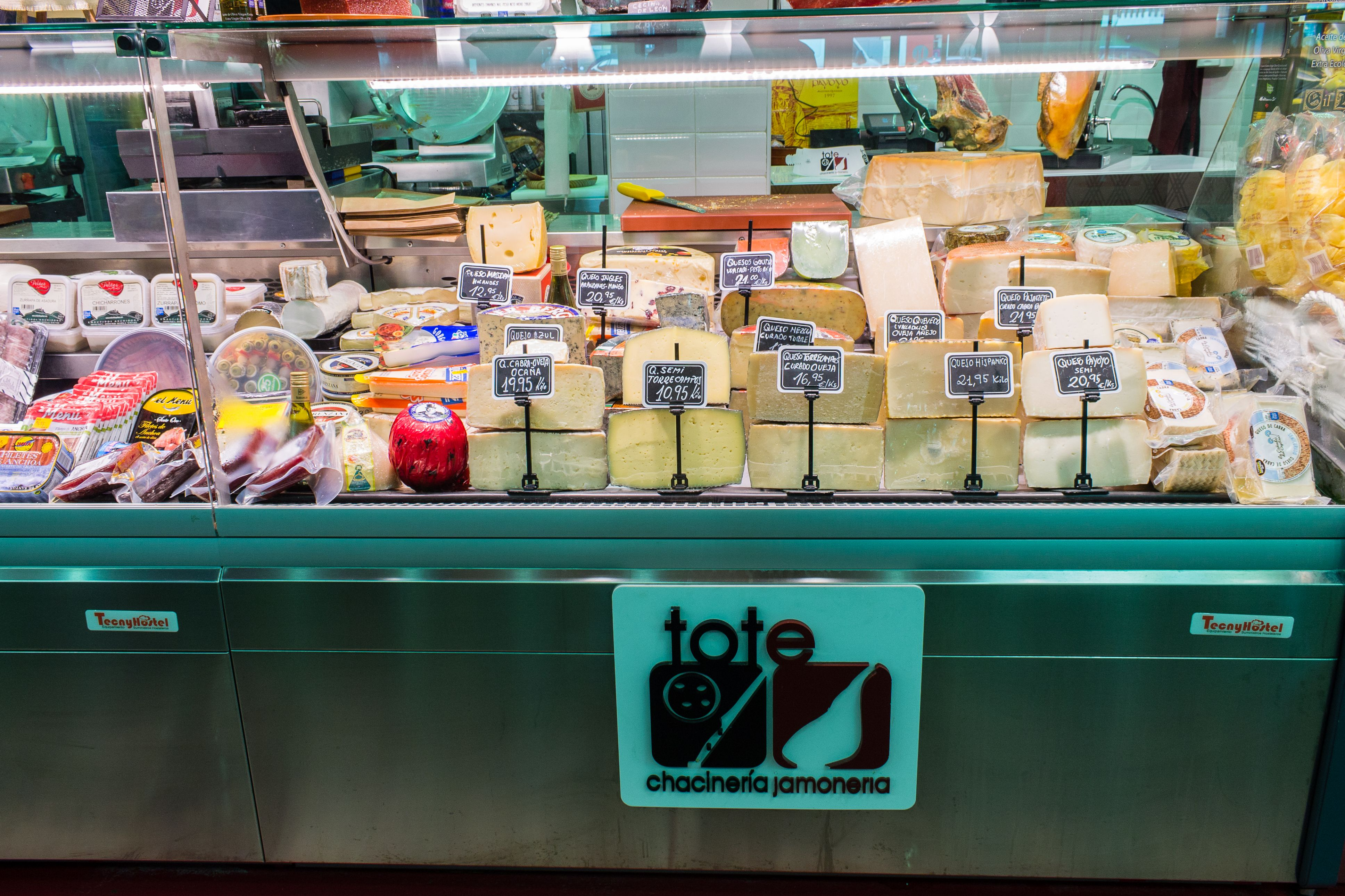 Exposición quesos TOTE CHACINERÍA JAMONERÍA