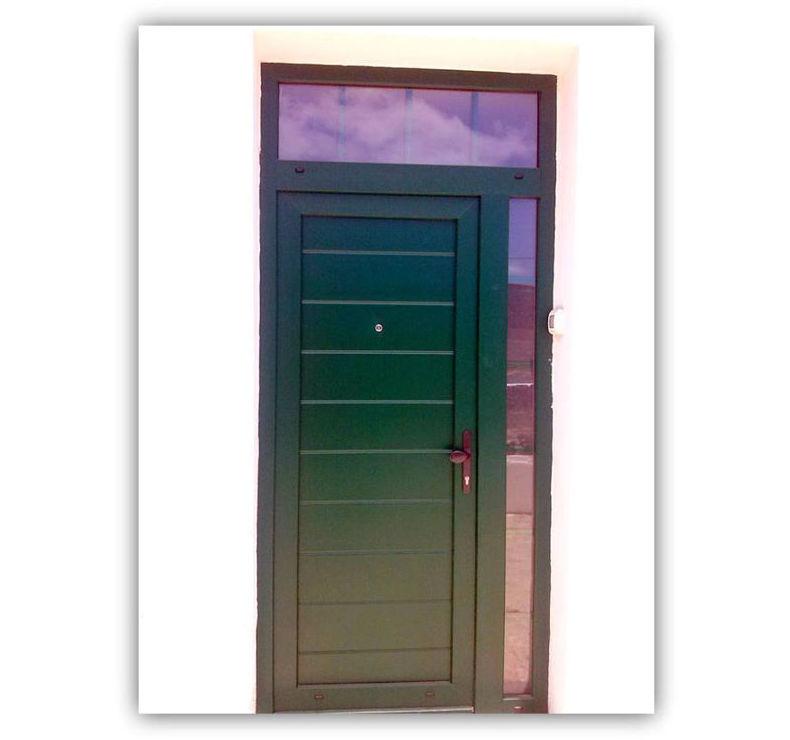Puerta en PVC en color verde con cristal fijo superior y lateral