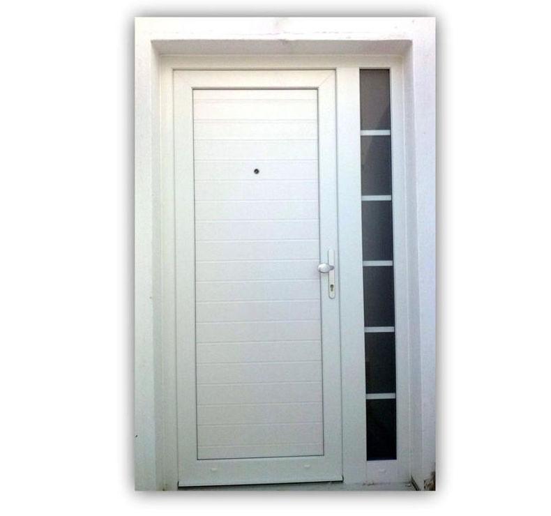 Puerta en PVC en color blanco con cristal fijo superior y lateral con barrotillo