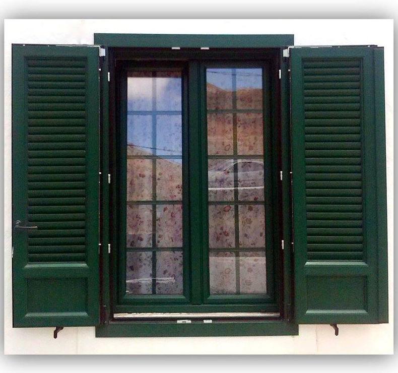 Ventana y persiana en PVC en color verde