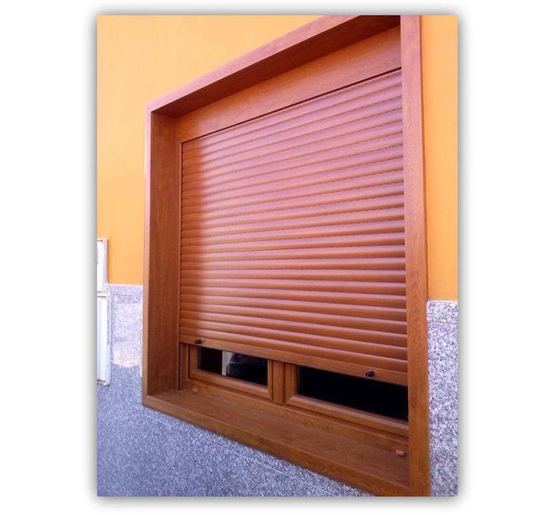 Ventana en PVC con persiana integrada y mosquitera en color nogal