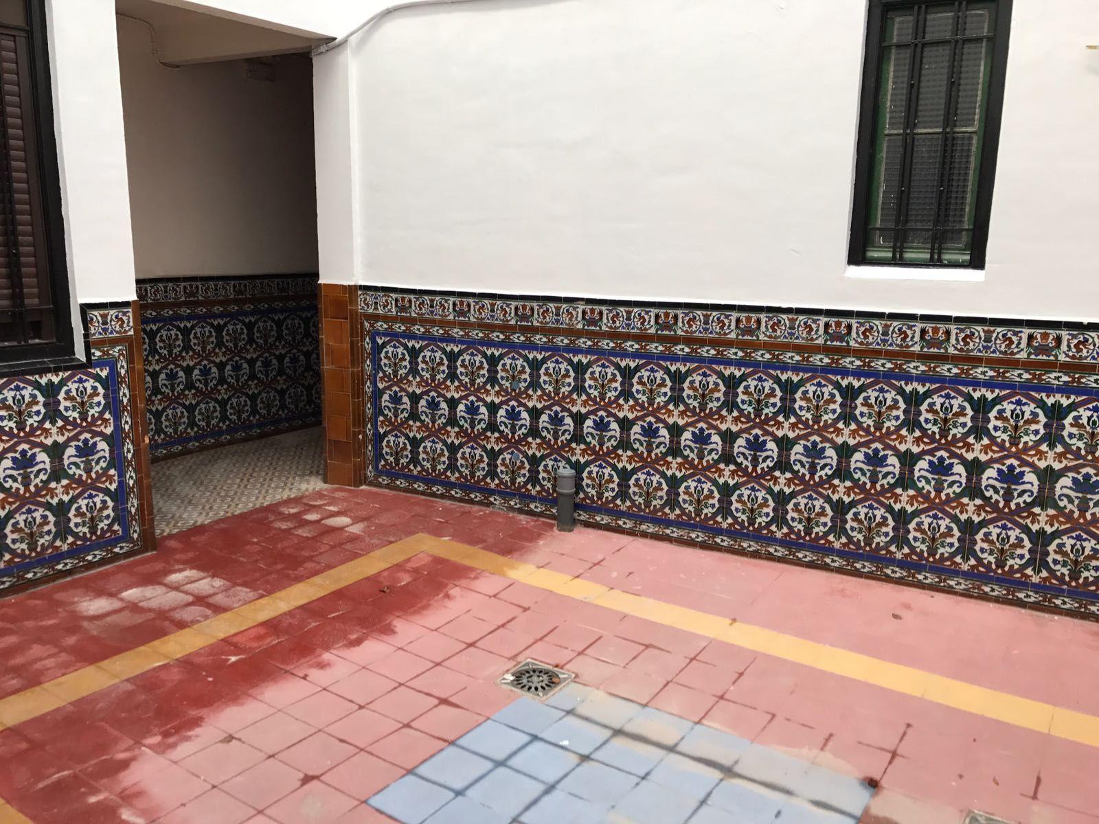 Detalle de fachada de patio interior pintada
