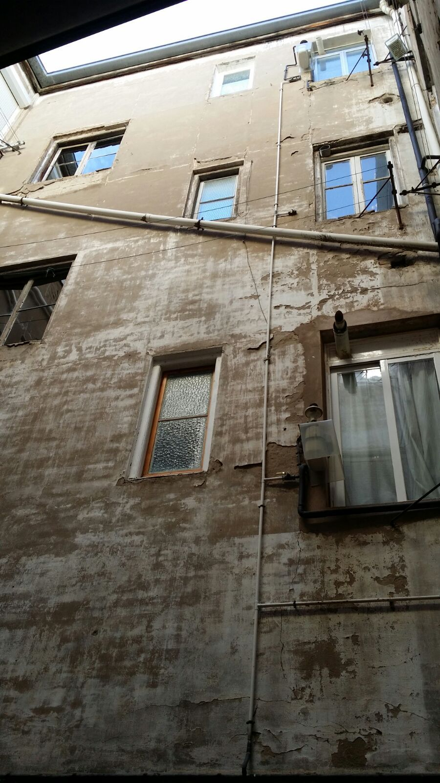 Patio interior de comunidad de vecinos para obra de restauración