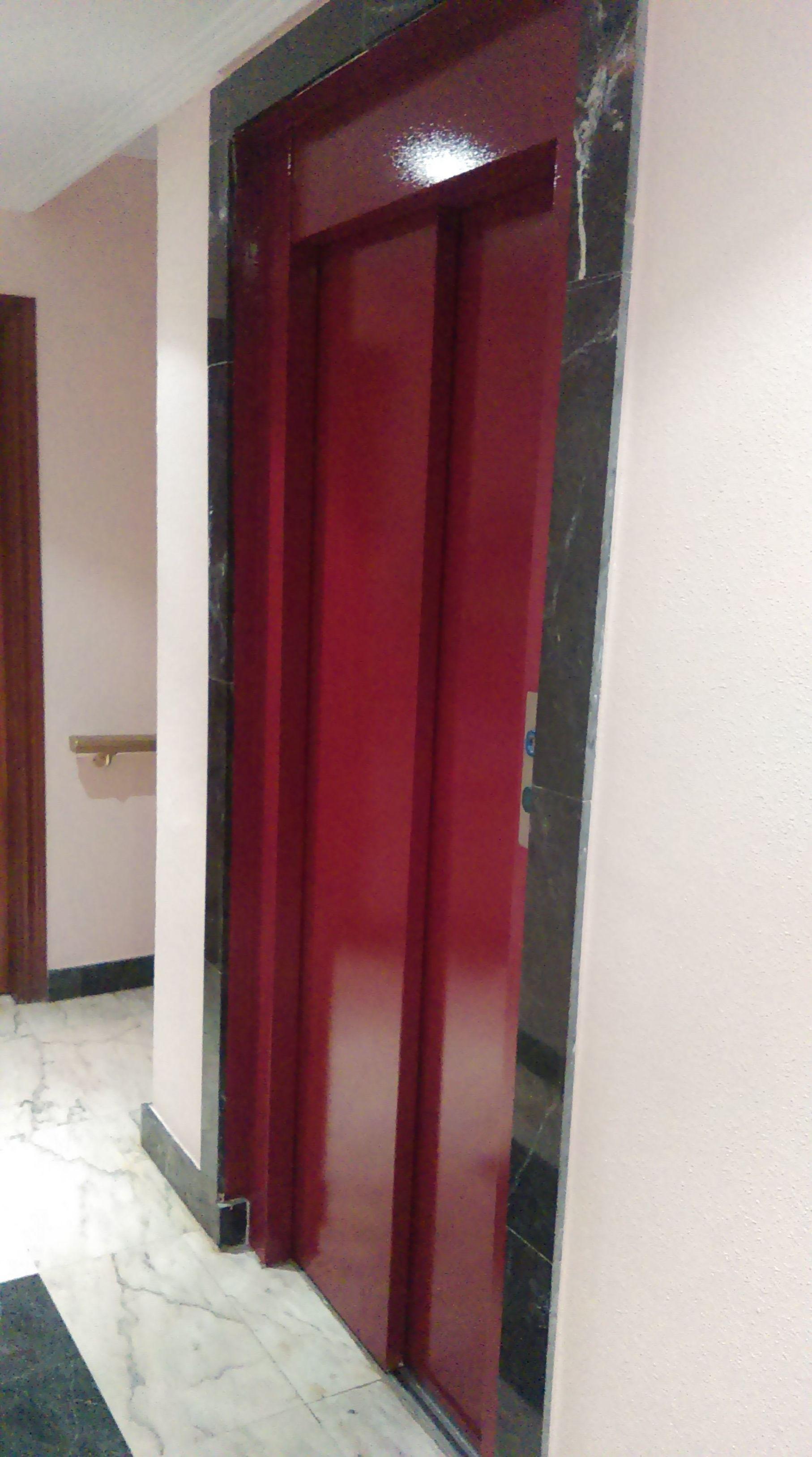 Pintura de puerta de ascensor