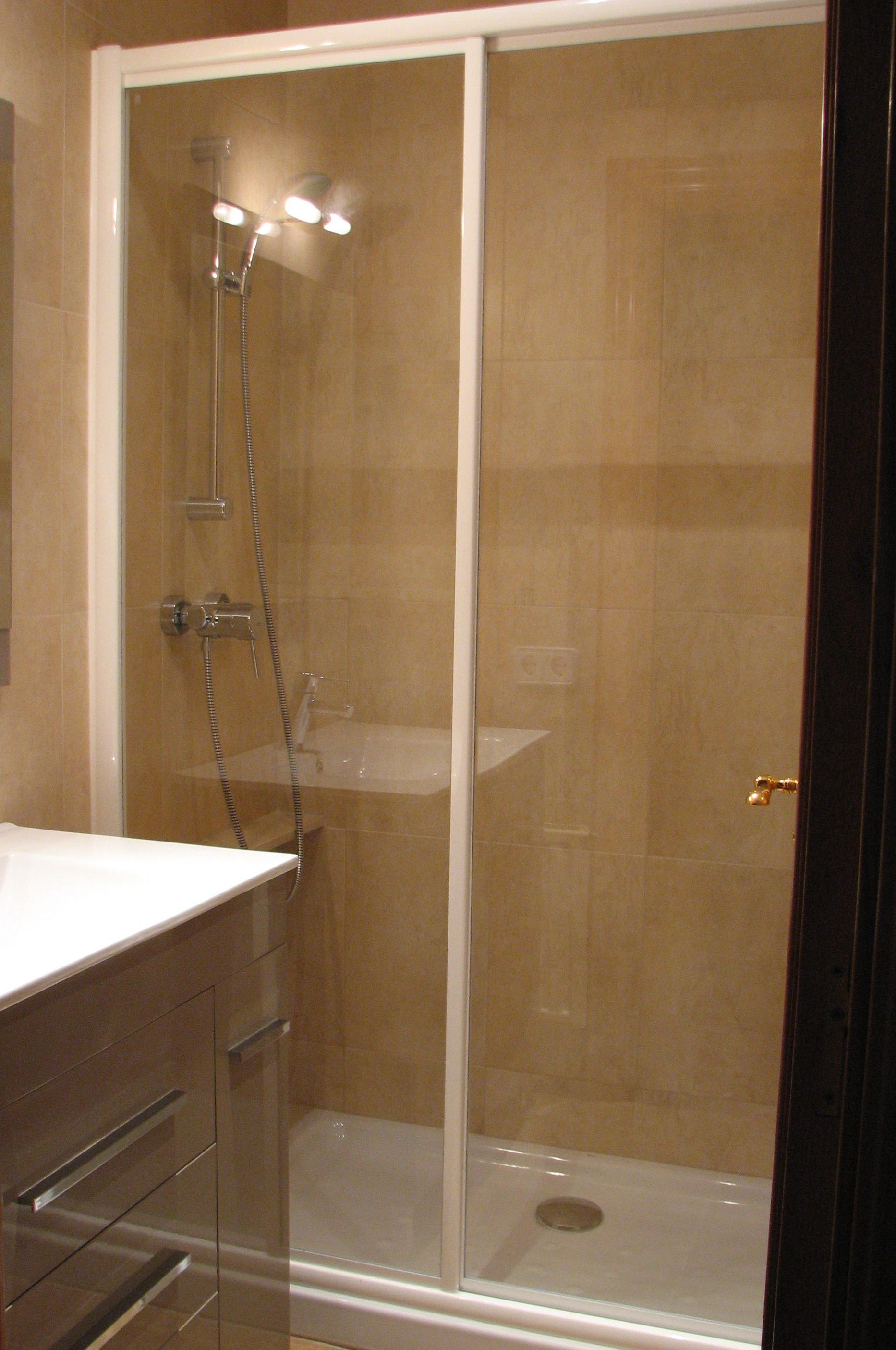 Colocaci n de mampara en ducha servicios y productos de for Colocacion vinilo en cristal