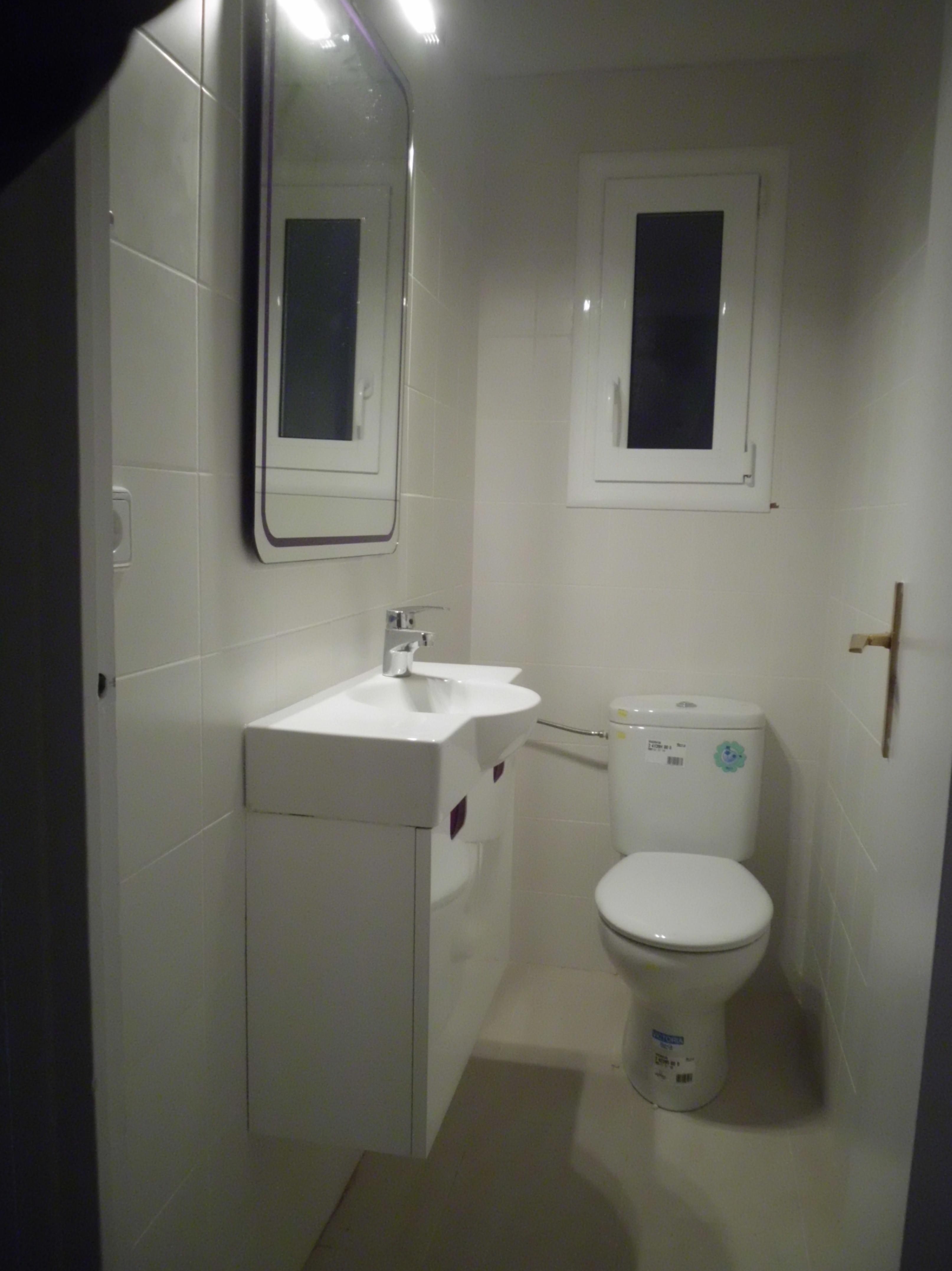 Reforma económica de un piso \u002D mueble de baño es de la Marca Torvisco modelo Micro Sena