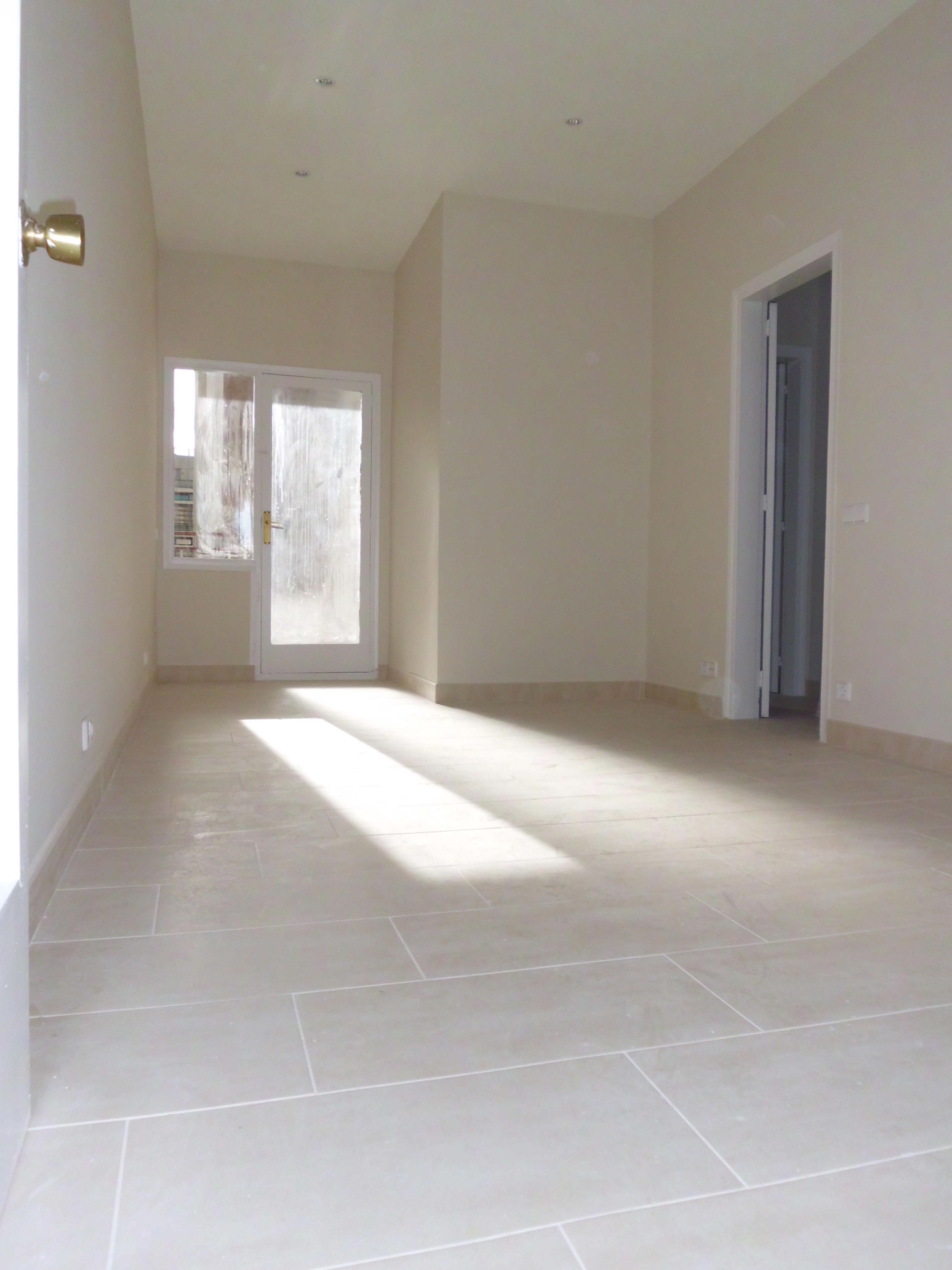 Reforma económica de un piso \u002D enladrillado, pintura e instalación eléctrica