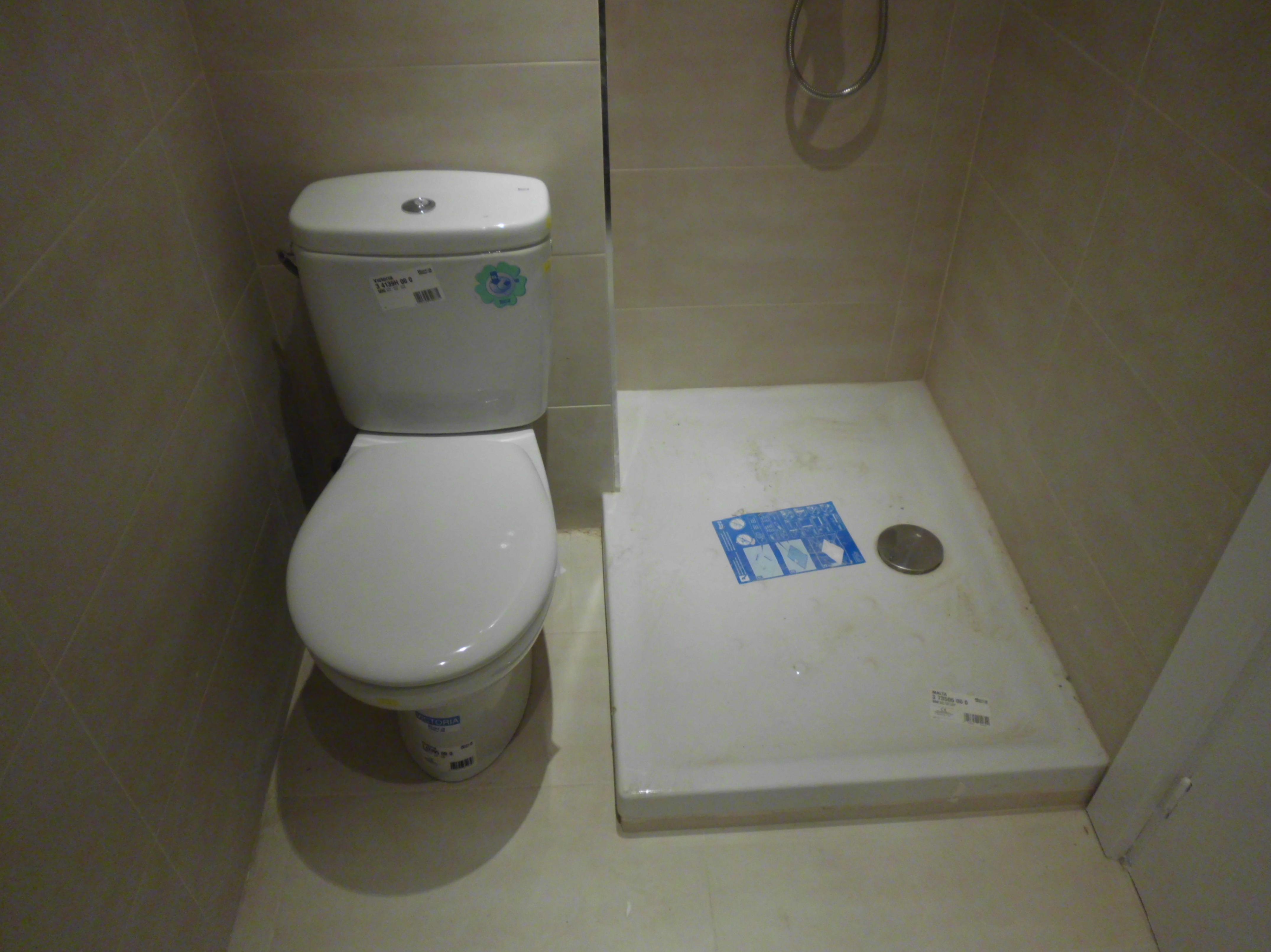 Reforma económica de un piso \u002D colocación de inodoro y plato de ducha