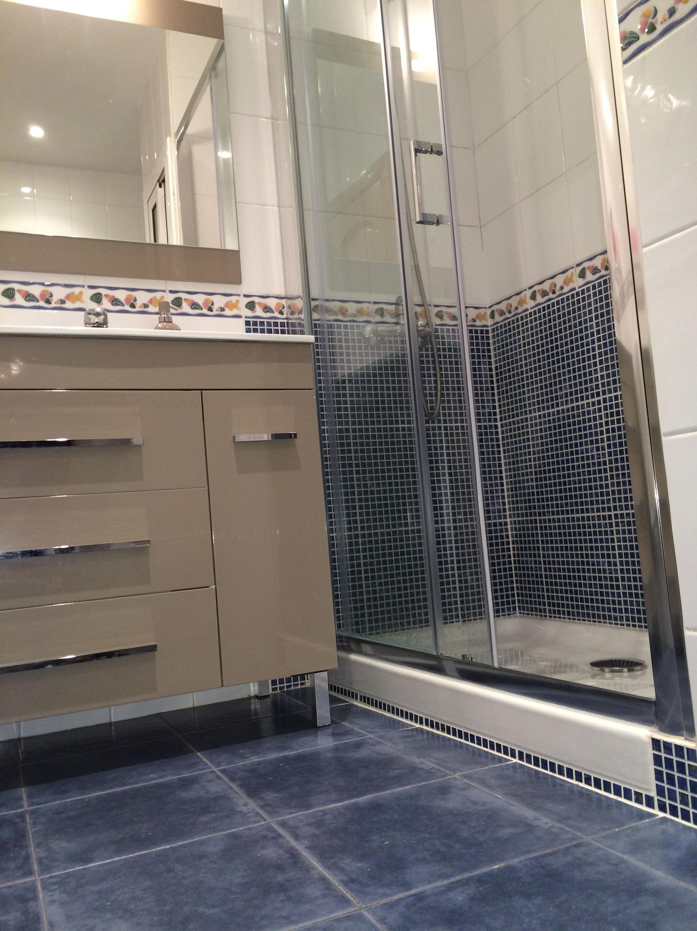 Cambio de bañera por plato de ducha \u002D mueble de baño Torvisco modelo Niger y mampara Torvisco modelo NIZA