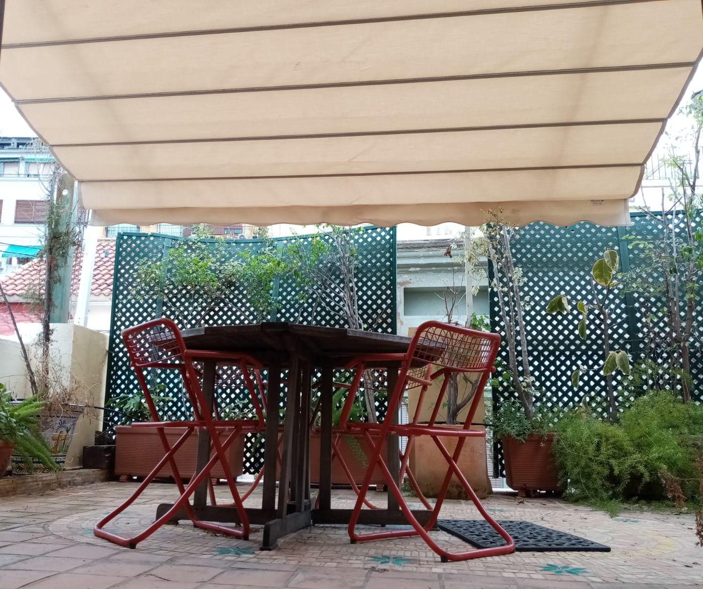Trabajo de instalación de toldo para terraza en El Carmen