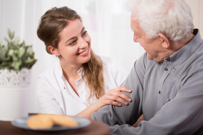 Acompañamiento a domicilio para personas mayores en Barcelona