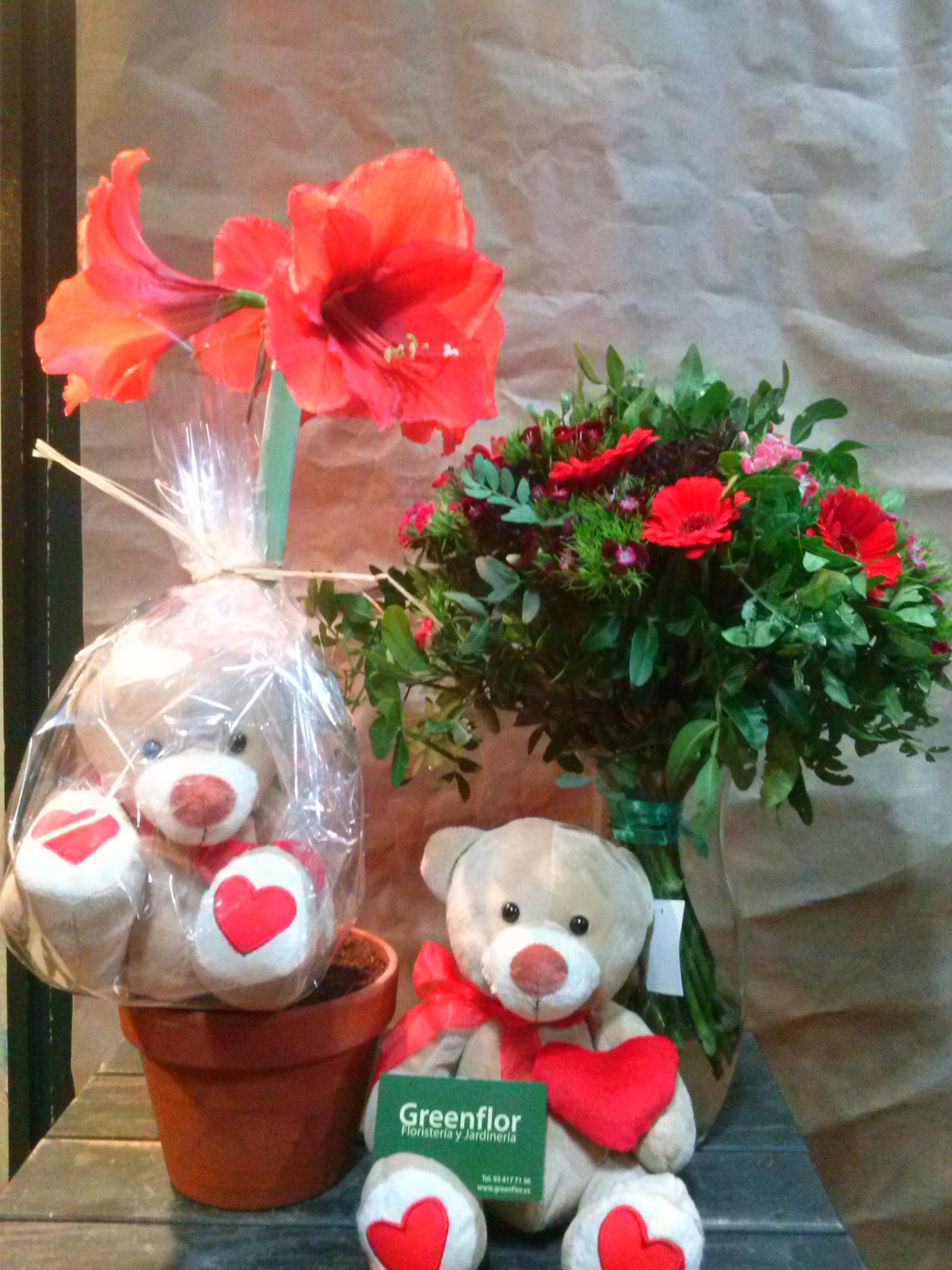 Bouquets de flor variada con peluches productos y for Jardineria a domicilio barcelona
