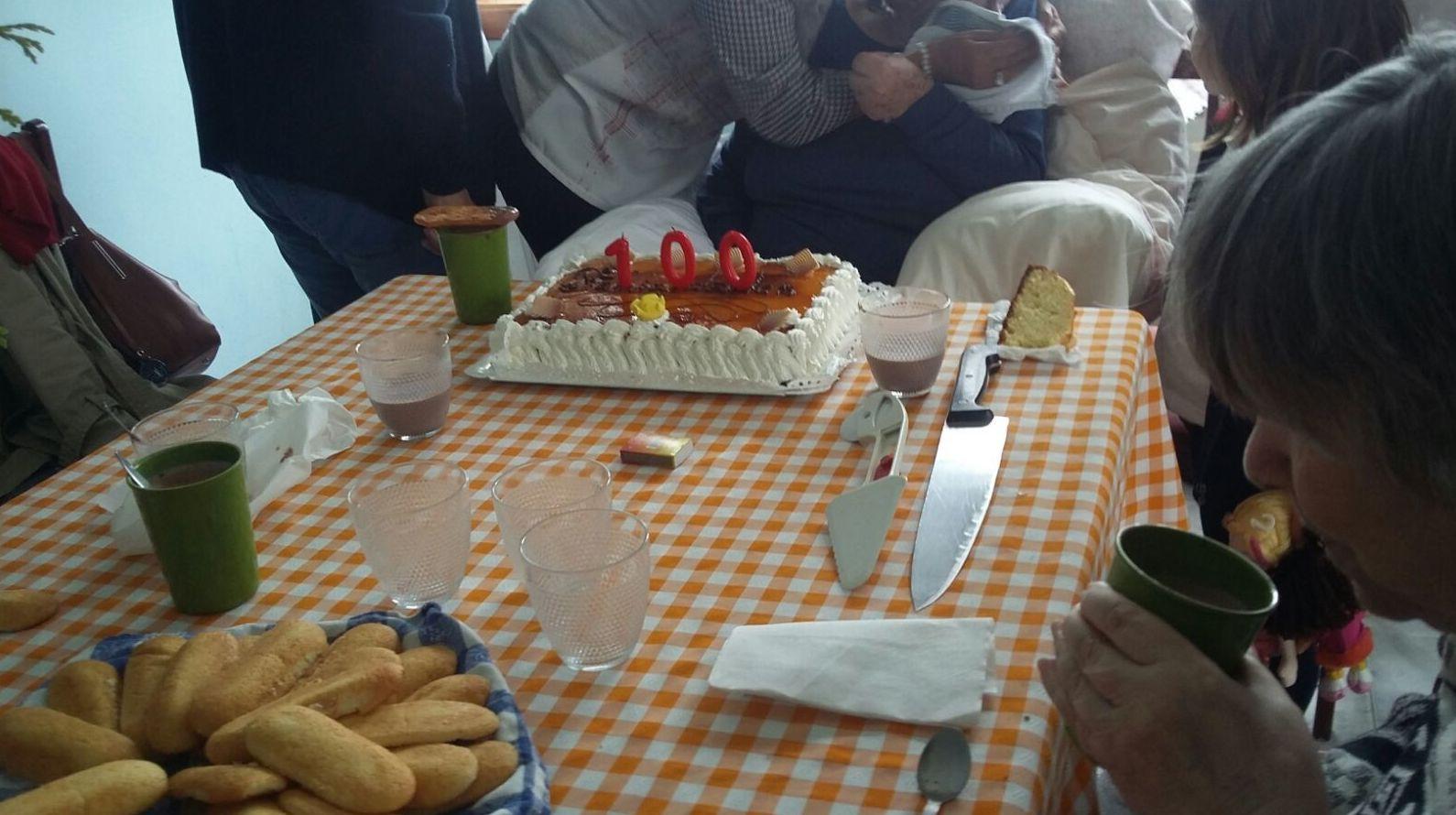 Un cumpleaños muy emotivo y especial en el Centro para la 3ª edad La Palmera.
