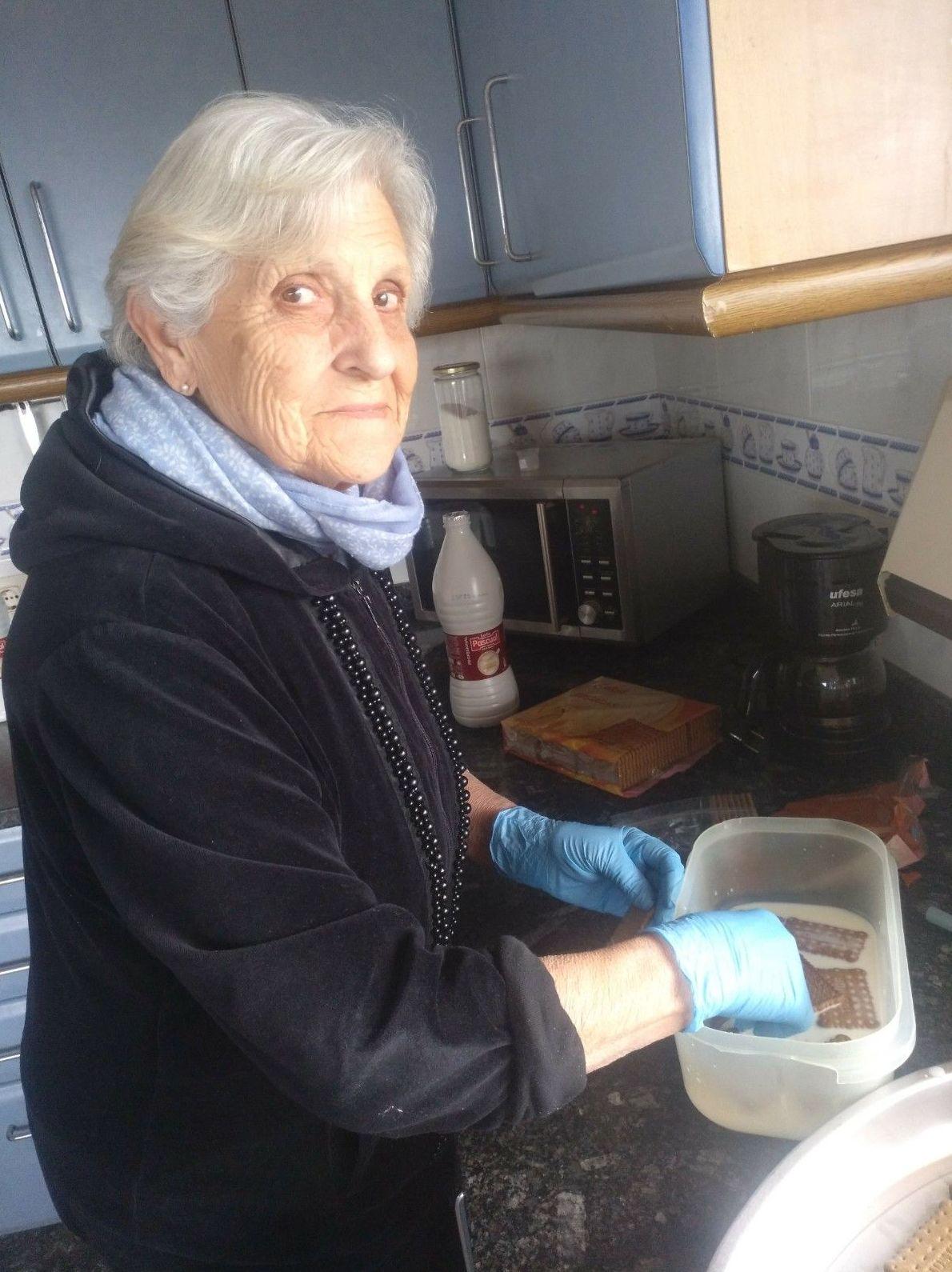 Una de nuestras residentes haciendo la Tarta de la Abuela