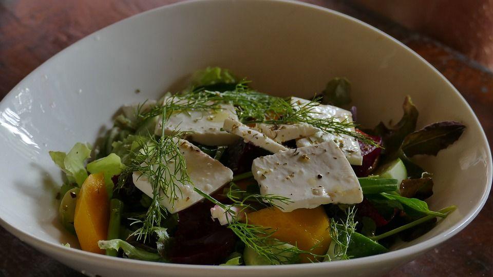 Ensalada tibia de queso de queso de cabra con salsa agridulce: Servicios de Casa Rural Can Jepet