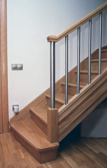Escalera toda de madera, balaustres de acero inoxidable