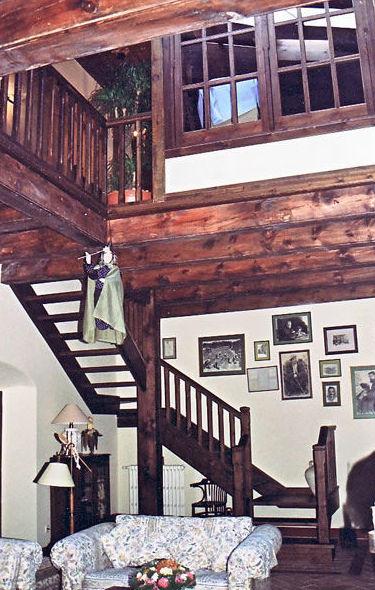 Escalera y altillo en madera de pino