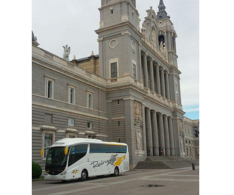 Autocar en visita a La Almudena de Madrid