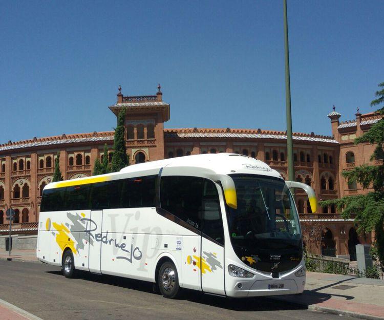 Autocar en visita a la plaza de toros de Madrid