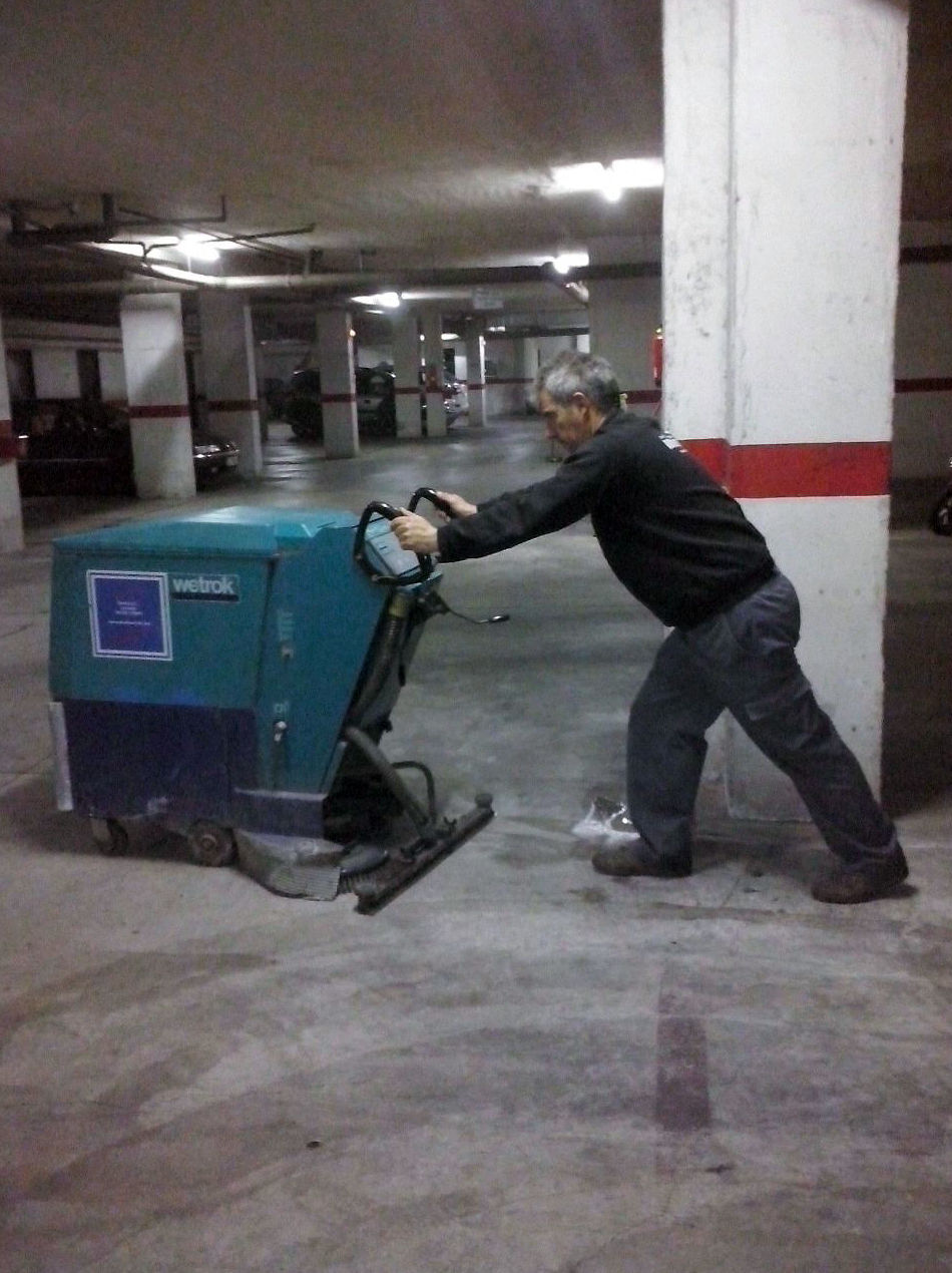 Limpieza y pulido de suelos de garaje