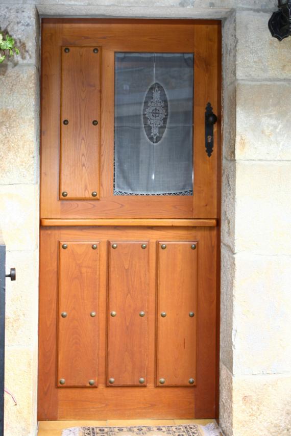 Puerta Exterior Pesebrera con Ventano