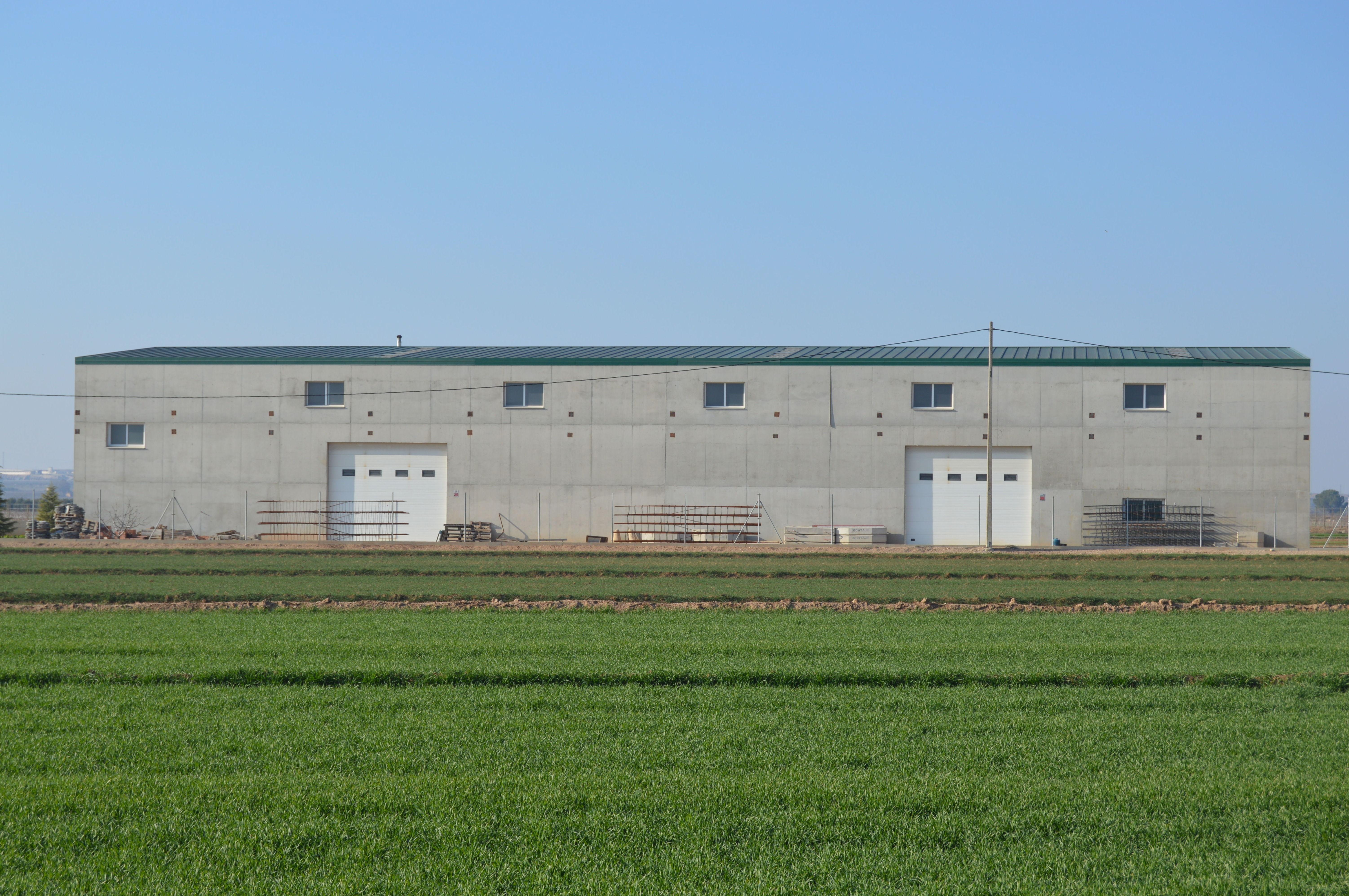 Construcción de almacenes agrícolas con muros de hormigón