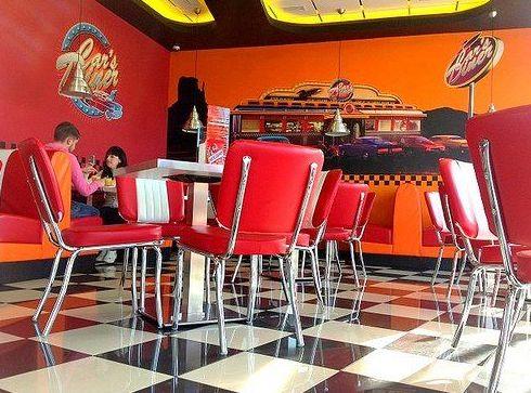 Cafetería estilo americana ambientada en los años 50