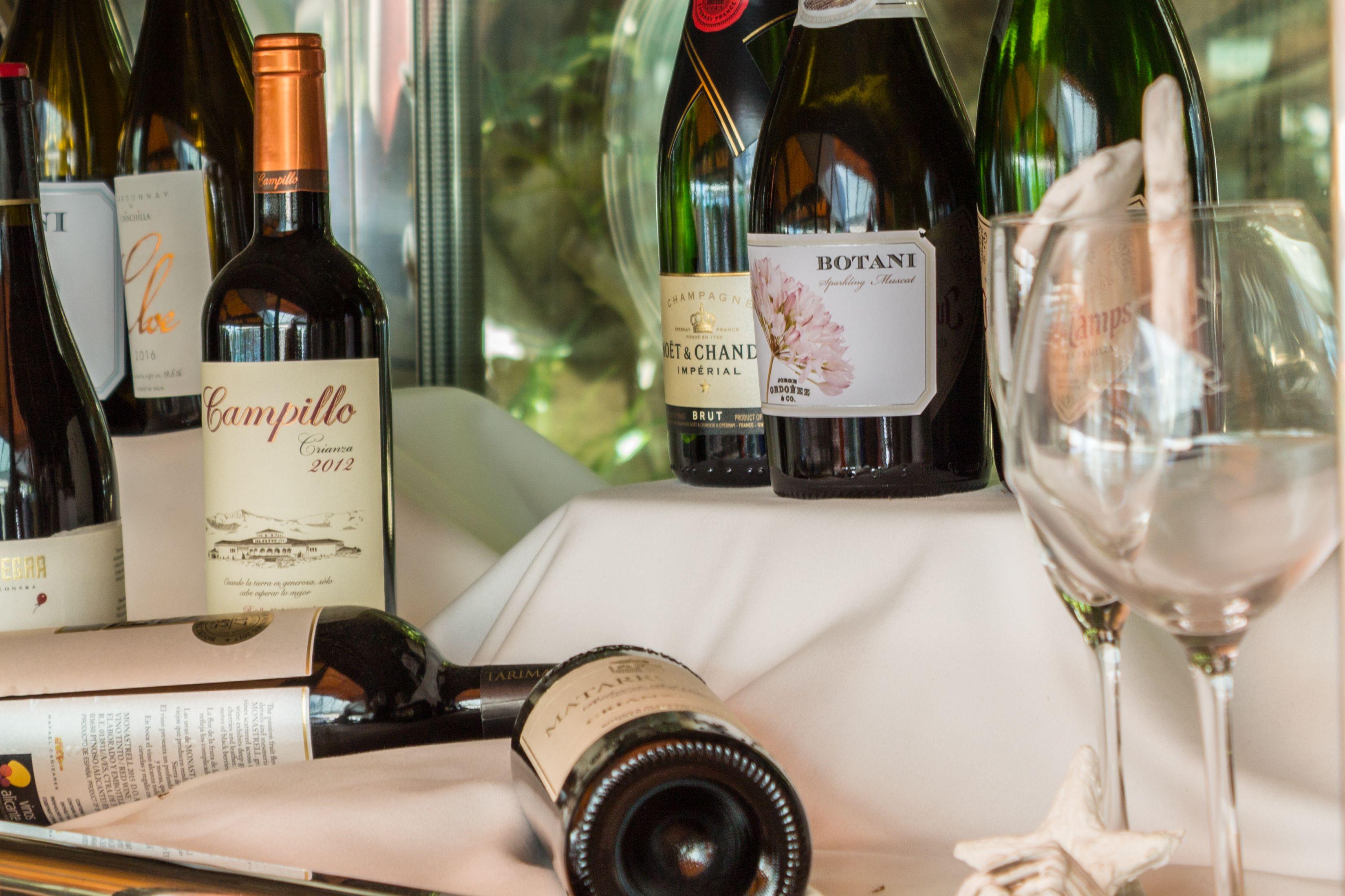 Carta con gran variedad de vinos en restaurante Lázaro Los Remos