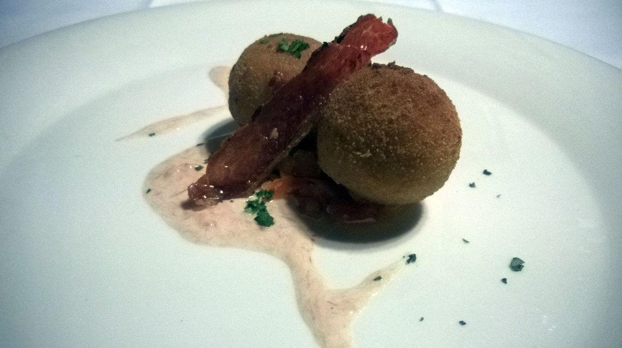 Croquetas de jamón y hongos caseras napadas con salsa de foie
