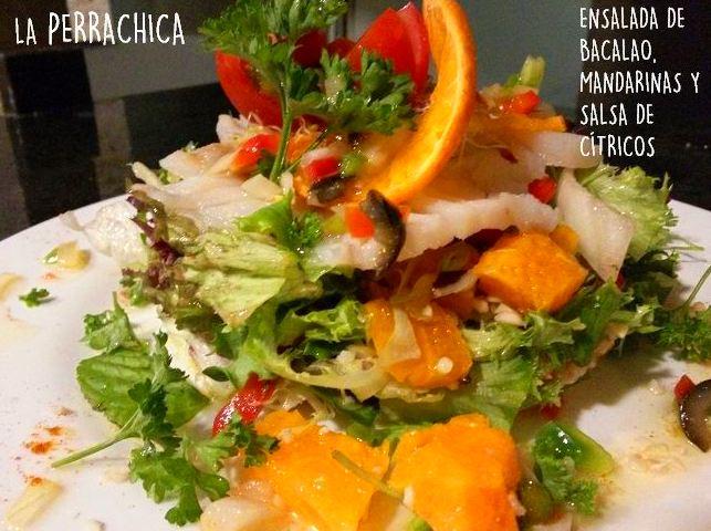 Ensalada de bacalao ahumado, con mandarinas y salsa de cítricos.