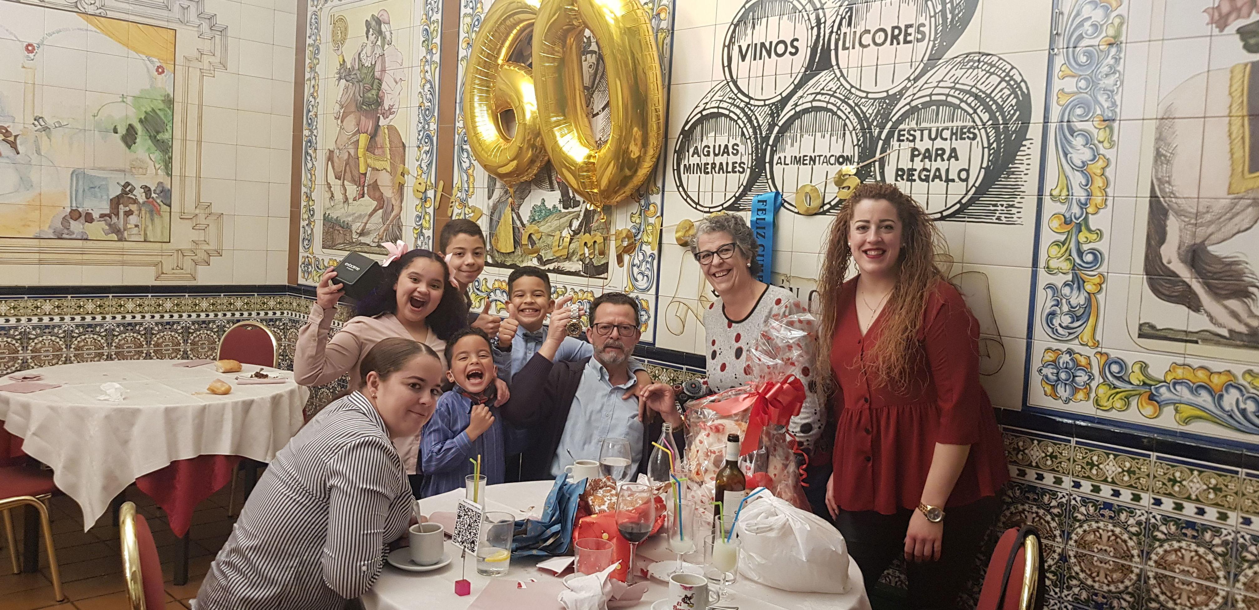 Jose y Reme celebrando los 60 ,junto a su preciosa familia, con su hija Alicia a la cabeza y los pitufos