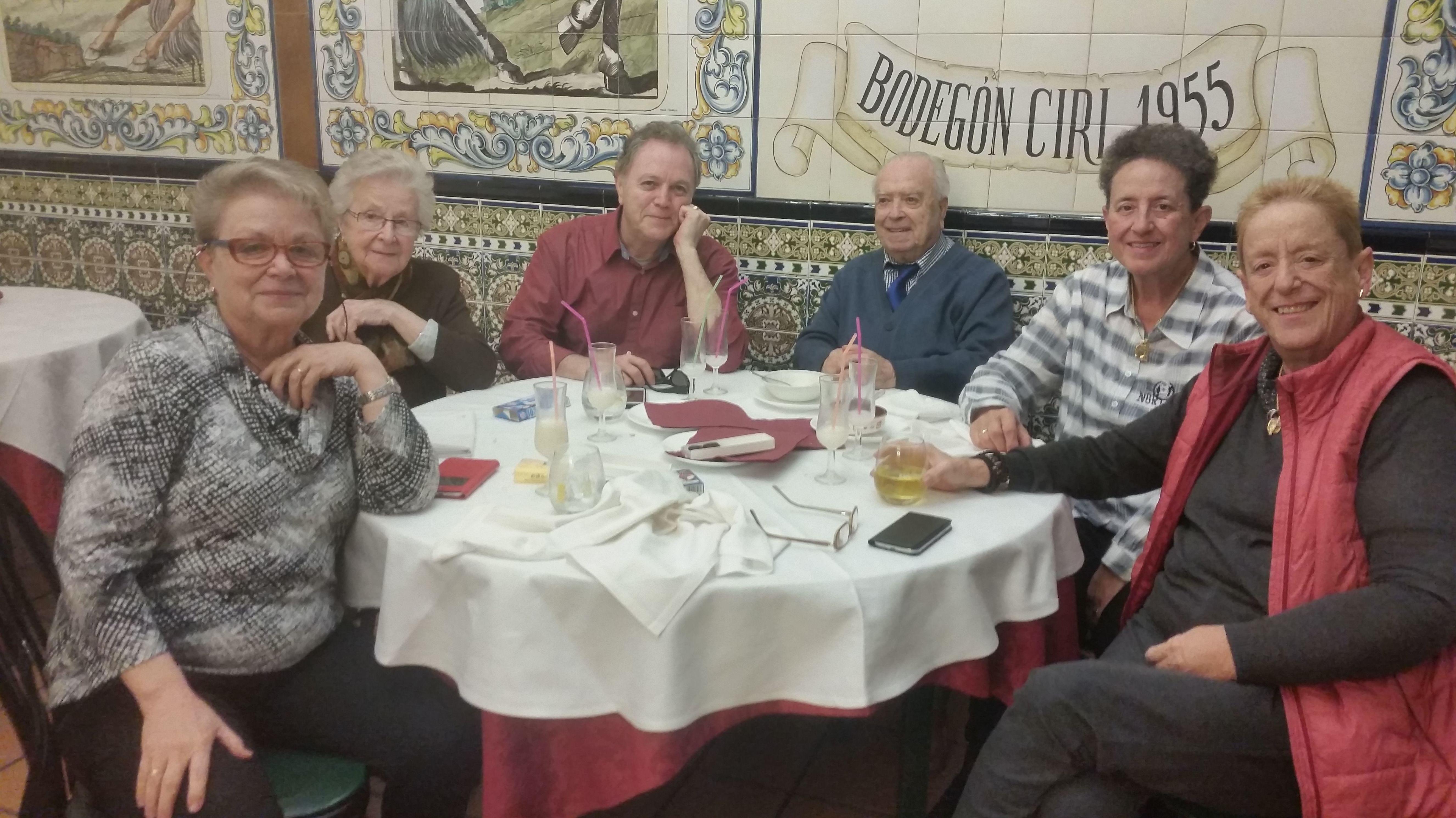 Marisol con sus padres y unos amigos, relajados y con una bonita sonrisa después de una comida opipara