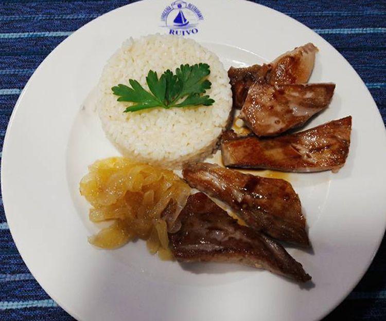 Medallones de atún plancha arroz blanco y cebolla