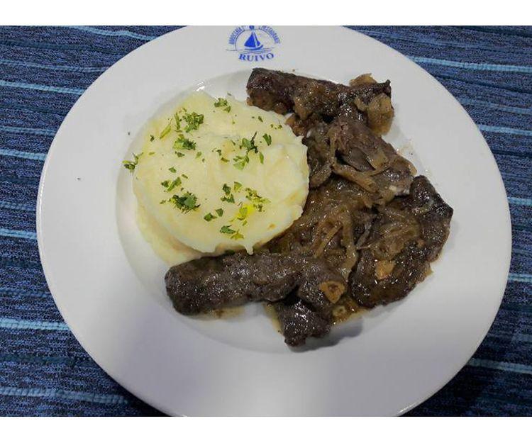 Hígado encebollado con puré de patatas