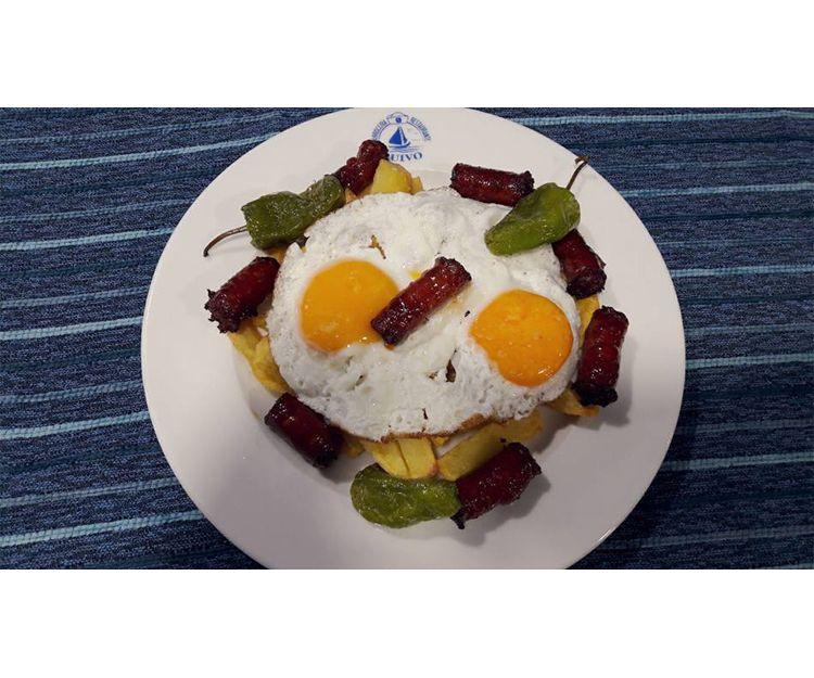 Huevos estrellados con chistorra