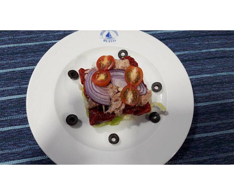 Ensalada de pimientos asados con atún