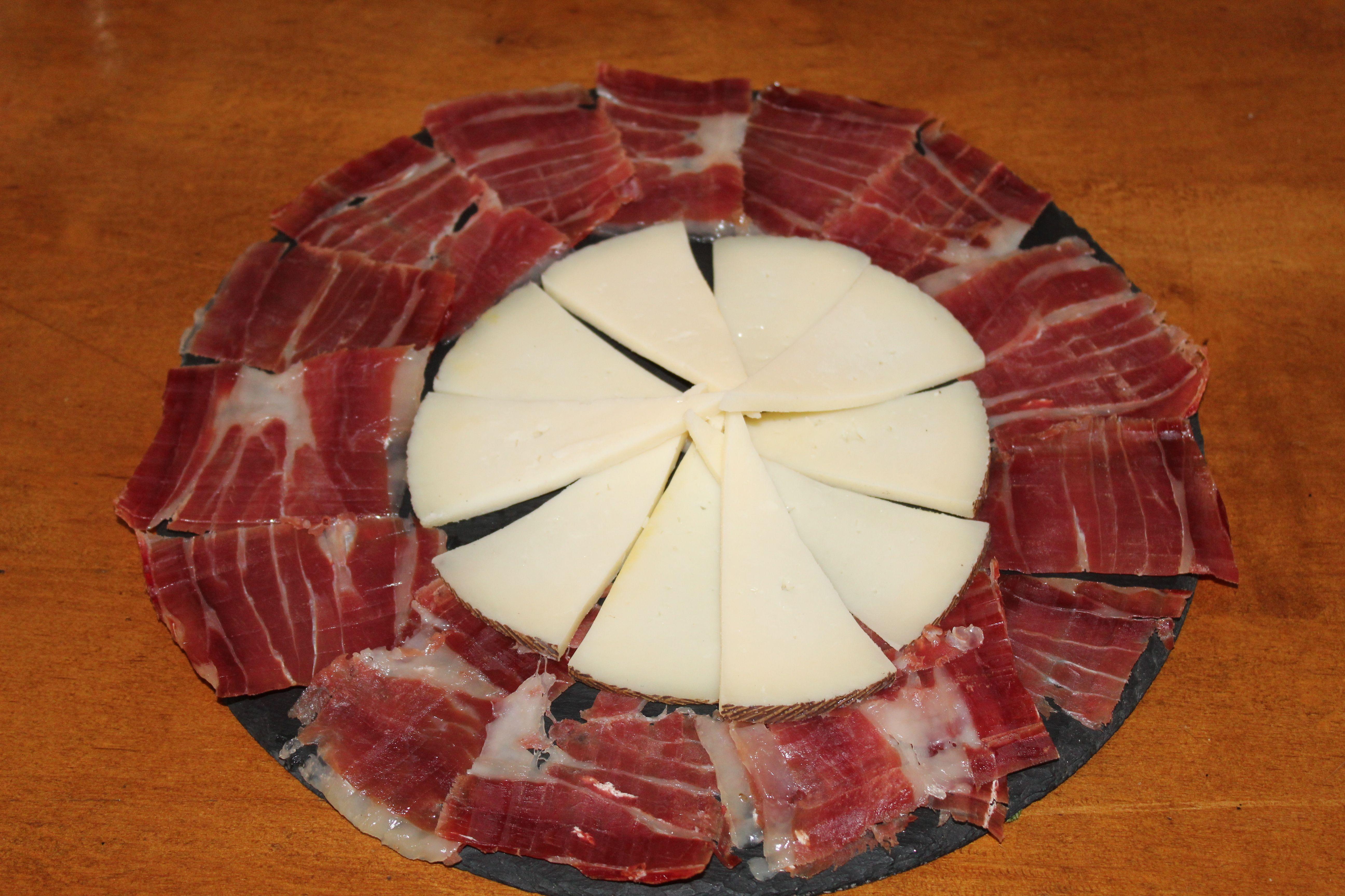 Tabla de jamón y queso en Ibiza